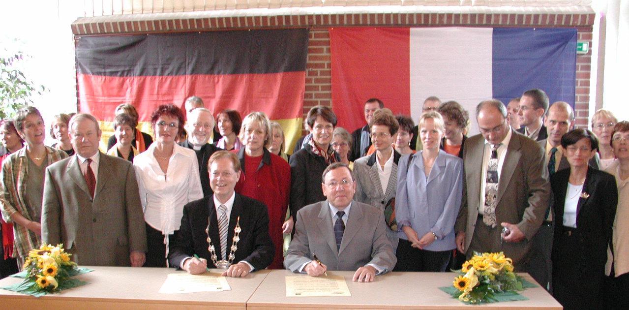 Unterzeichnung der Partnerschaftsurkunden in Rommerskirchen im September 2002.