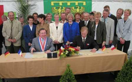 Rückunterzeichnung des Partnerschaftsvertrags im Mai 2003 in Mouilleron le Captif.