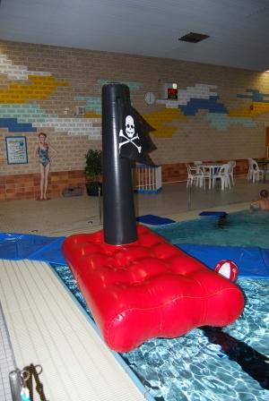 EIn schwimmendes Piratenboot