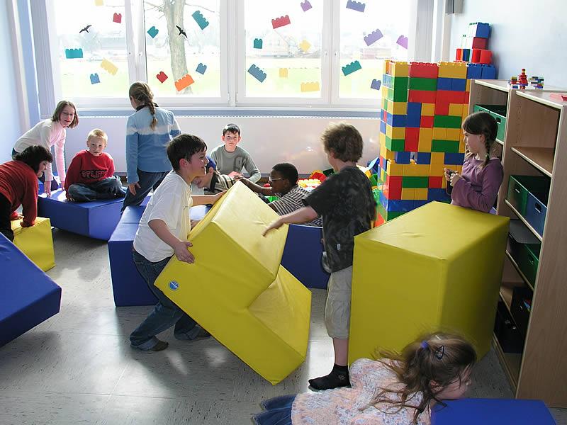 Spielende Kinder der Offenen Ganztagsschule.