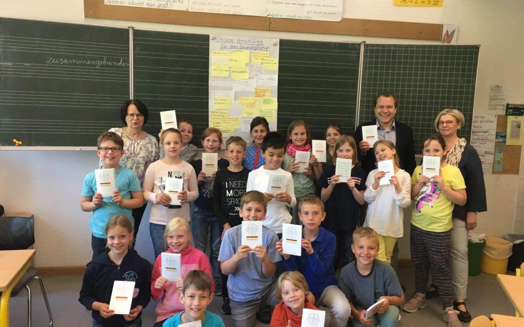 Bürgermeister übergibt Grundgesetz an Schüler der Kastanienschule