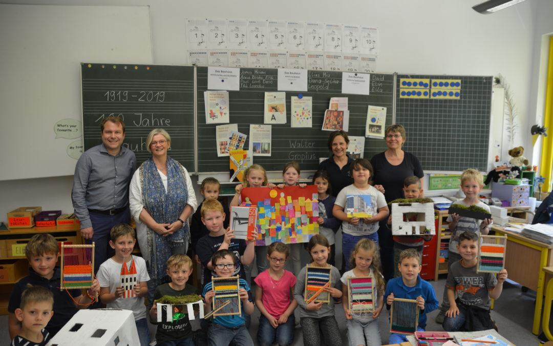 Bürgermeister besucht kleine Künstler in der Kastanienschule